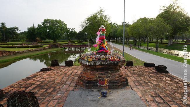 """Suchotajaus """"Miesto stulpas"""" (Lak Muang). Kiekvienas save gerbiantis Tailando miestas tokį turi: laikoma, kad tame stulpe gyvena miesto dvasia, jai nešamos aukos"""