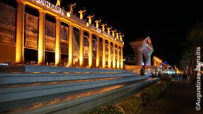Romniškai-egiptietiškas viešbutis-pramogų erdvė Playa de Las Americas pagrindinėje gatvėje