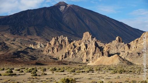 Roques de Garcia uolos ir Teidės vulkanas fone