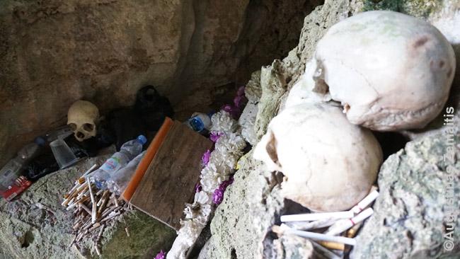Kapinėse. Mirusiems protėviams prinešta daug cigarečių, vandens butelių