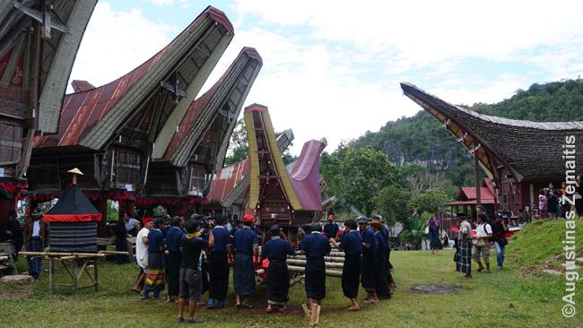 Samdyta grupė vyrų dainuoja laidotuvėse