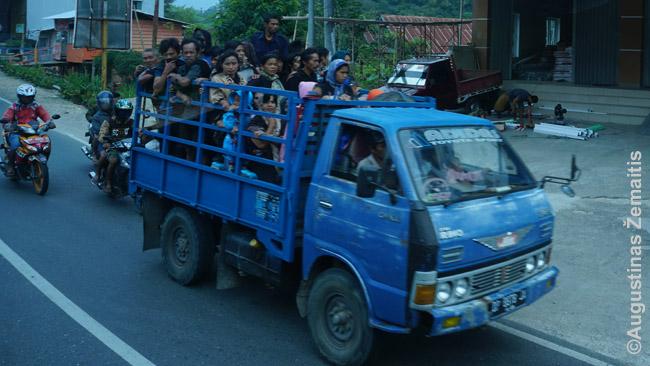 Toradžų krašte keliais nuolat zuja žmonių pilni sunkvežimiai - laidotuvių transportas