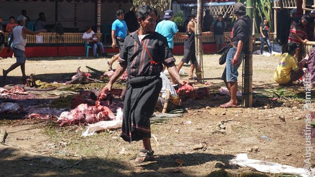 """Laidotuvių dalyviams dalinama buivolų mėsa. Žmonės iš šalies kartais sako, kad dėl šios tradicijos """"švaistomi buivolai"""" – toradžai atkerta, kad visa mėsa suvalgoma, tai kuo toks aukojimas skiriasi nuo skerdimo skerdykloje?"""