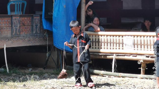 Vaikai žaidžia su buivolo kanopa. Nė viena buivolo dalis nelieka nepanaudota.