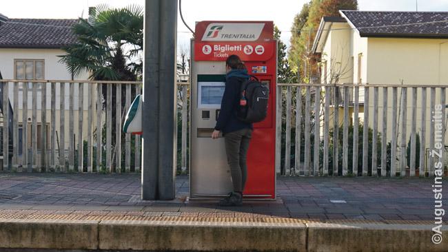Traukinių bilietų automatas nedidelio Italijos miestelio traukinių stotyje, kurioje nėra kasos. Vietinės reikšmės traukinių bilietus dažnai tenka pirkti automatuose