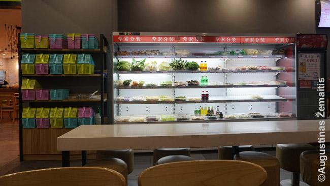 """Malatang restoranas. Paimi krepšelį kairėje, krauni """"gėrybes"""" nuo lentynų dešinėje ir paduodi virėjui, kad iš jų išvirtų sriubą. Moki arba pagal svorį, arba kiekviena lėkštelė turi savo kainą."""