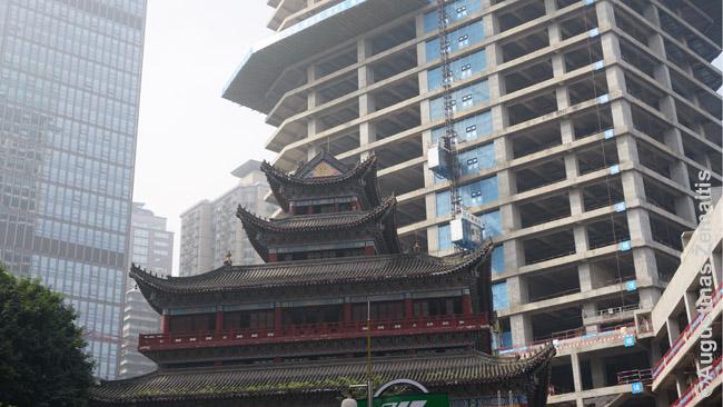 Viršum šimto arhatų šventyklos, garsėjančios Budos sekėjų skulptūromis, kyla naujas dangoraižis