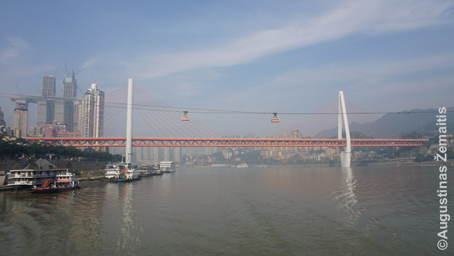 Vienas 2014 m. Čongčingo tiltų ir senasis keltuvas priešais