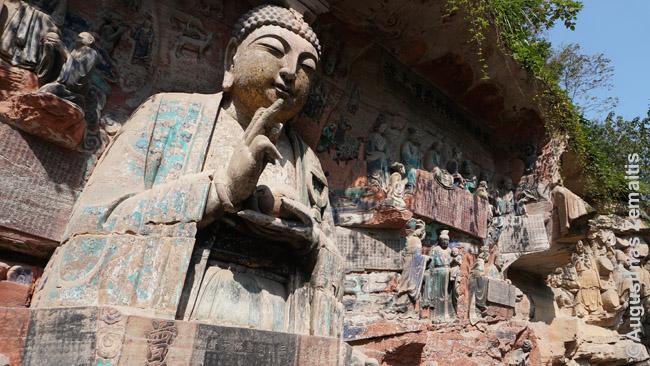 Dazu budistinėmis statulomis paverstos uolos