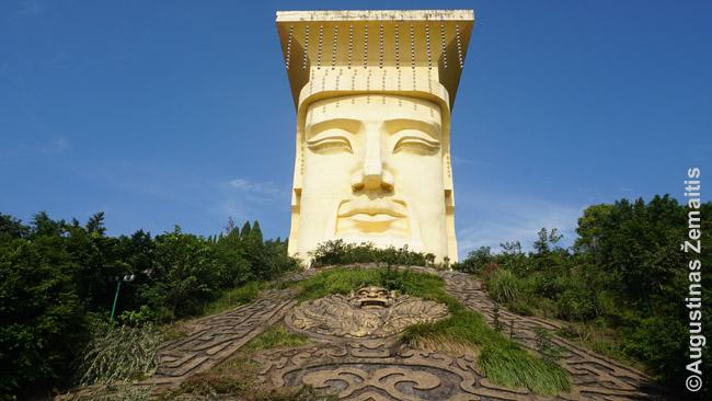 Nefritinio imperatoriaus skulptūra ant kalno