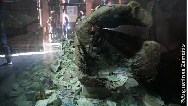 Kabantys karstai,s akoma, neša laimę, tad į karstą Baltojo imperatoriaus miesto muziejuje lankytojai nuolat grūda juanius
