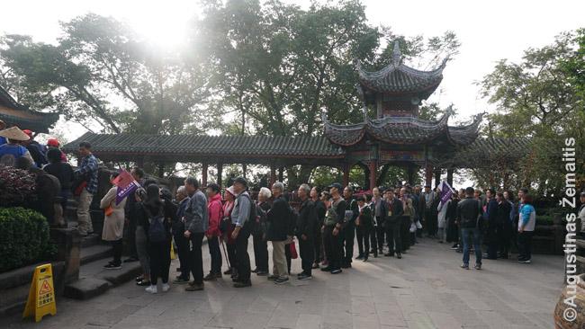 Kinų turistų minios Fengdu vaiduoklių mieste