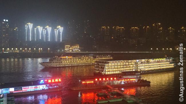 22 val., kaip ir kasdien, du iš Trijų tarpeklių kruizinių laivų palieka Čongčingo uostą plaukimui pasroviui