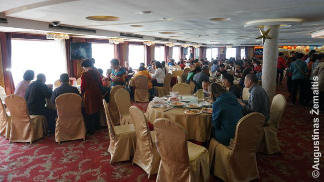 Pagrindinis laivo restoranas. Kiekvienas keleivis turi priskirtą staliuką (po 8 ar 10 žmonių prie stalo), bet maisto ima kiek nori iš bufeto. Maistas - daugiausia kiniškas.