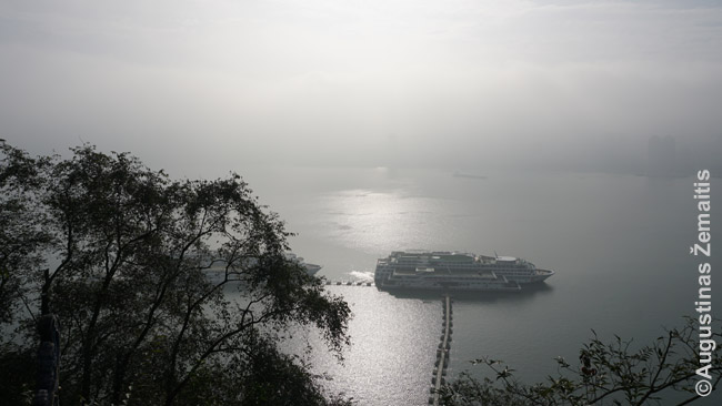 Kruiziniai laivai sustojo ekskursijai Fengdu. Kas neima mokamos ekskurisjos, išlipti negali. Ore - rūkas arba smogas. Galbūt smogas, nes jis vyravo tik aplinkui didžiausius miestus, kaip Čongčingas, o paskui dingo.