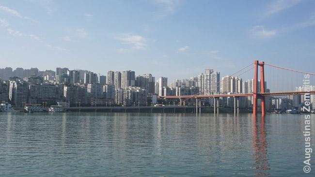 Vienas daugybės pakrantės miestų: iki tarpeklių, Jangdzės krantai taip tankiai gyvenami, kad miestai nesiliauja