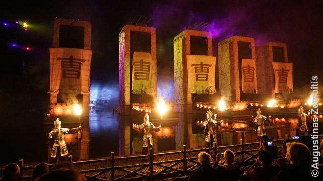 Dažnas turistų numylėtas Kinijos miestas turi savo galingą šou. Šiame, pamėgtame Trijų tarpeklių kruizų keleivių, inscenizuojamas vienas garsiausių istorinių kinų romanų - Trys karalystės.