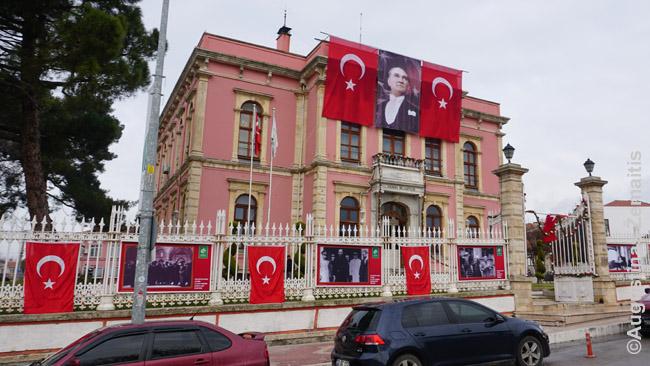 Turkijos gatvėse ir įstaigose gausu Atatiurko nuotraukų