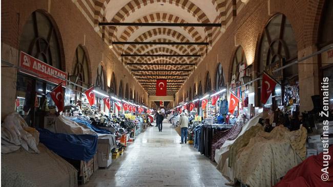 Edirnės turgus. Net prie uždarytų parduotuvių prekijai nakčiai palieka visas prekes, nebent uždengia medžiaga