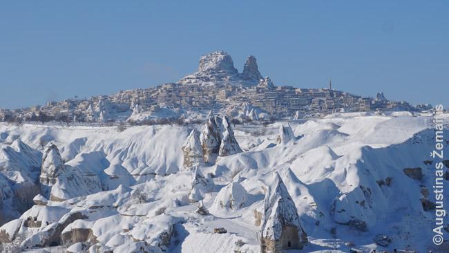 Kapadokijos fėjų kepurės (priekyje) ir miestelis, supantis uolinę 'pilį'