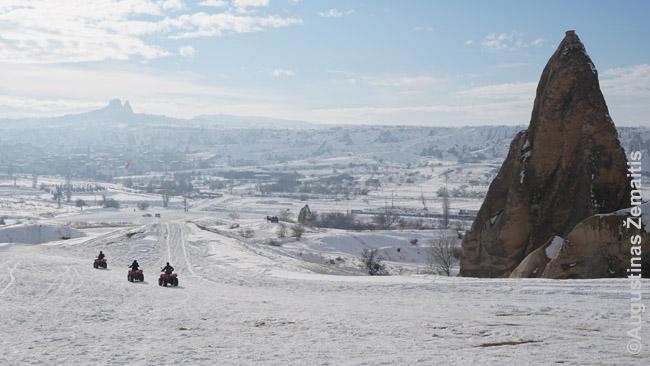 Pramogos Turkijoje neturi sezonų: keturračiai motociklai pro fėjų kepurę nutolsta į Kapadokijos peizažą