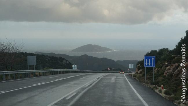 Vingiuoti kalnų keliai - ypač tie, palei jūrą - ir labai gražūs. Nuotraukoje kelias tarp Antalijos ir Kašo.