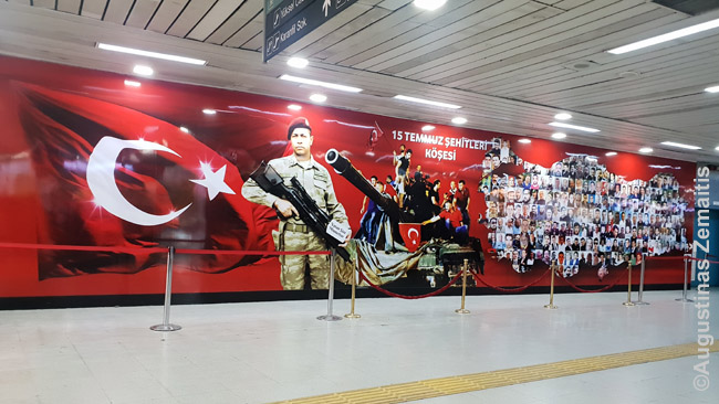 Liepos 15 kankinių atvaizdai dabina daug Turkijos vietų (nuotraukoje - Ankaros metro). Iš viso žuvo 179 cviviliai, savo kūnais nuo armijos sukilėlių dengę svarbias Turkijos vietas. Kažkuo priminė Ukrainą, Maidaną - ten irgi gausu Maidano didvyrių atvaizdų. Tik Turkija mums tolima, tad apie liepos 15 aukas žinome mažai. Ir kova vyko ne su okupantu, o su sava armija.