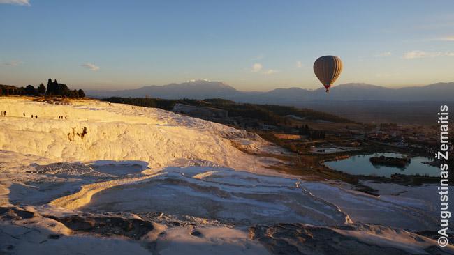 Virš Pamukalės terasų kyla oro balionas