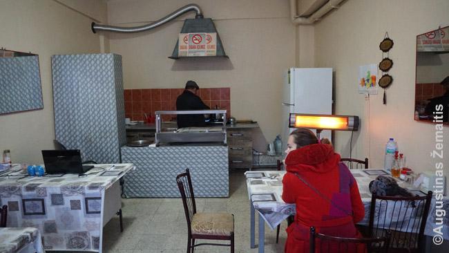 Reta egzotika: restoranas Turkijos kaime. meniu - nėra, tiesiog savinkas pakvietė prie puodo ir parodė kelis patiekalus, kuriuos gali pašildyti.