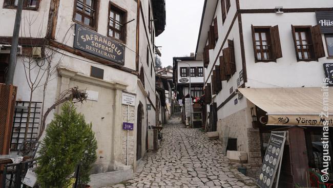 Tradicinis osmaniškas senamiestis iš baltų namų. Tokie yra išlikę Antalijoje, Safranbolu, bet tikrai ne kiekviename mieste