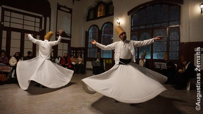 Dervišų šokis Stambule. Jų pasirodymai vyksta ir Kapadokijoje, kurortuose, o garsiausi - Konjoje, kur palaidotas dervišų ordino įkūrėjas Mevlana
