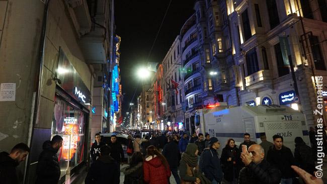 Policijos sunkvežimis važiuoja pagrindine Stambule Istiklal gatve