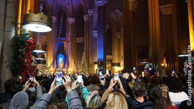 Pilnos Kūčių vakaro katalikiškos Piemenėlių mišios didžiausioje Stambulo bažnyčioje. Daugelis svečių - turistai ir imigrantai