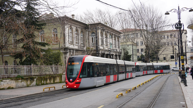 Modernus Stambulo tramvajus. Viešasis transportas daugelyje miestų plečiamas, bet vis dar netobulas, o daug vietų pasiekiama tik lėtais autobusais