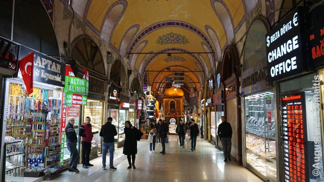 Stambulo didysis turgus, kur prekyba vyksta daug šimtmečių. Turgūs Turkijoje – tai ištisi miesto rajonai, kur yra tiek parduotuvės, tiek gyvena jų šeimininkai. Jie dar susiskirstę į zonas pagal prekes: tarkime, visada labai didelė vestuvinių rūbų zona. Tie, kam reikia tokios prekės, gali skirti visą dieną, derėtis su visais pardavėjais