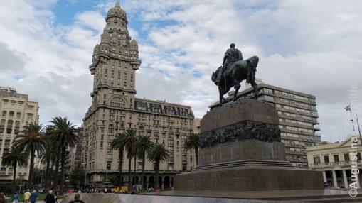 Montevidėjo simbolis - tarpukariu statytas Palacio Salvo dangoraižis (kairėje) ir paminklas libertadorui Chosė Artigui Montevidėjo centrinėje aikštėje