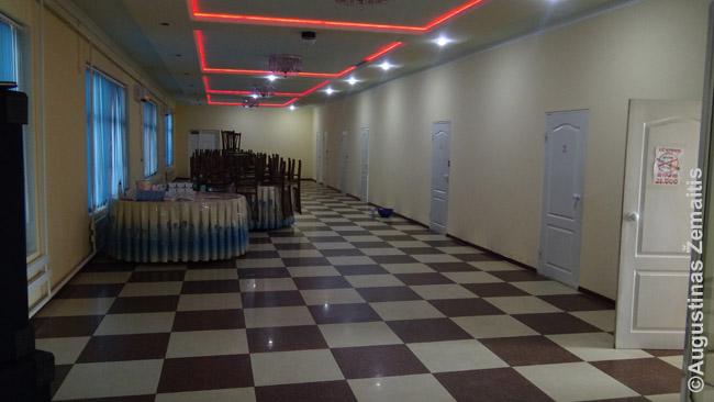 Restorano antras aukštas Uzbekijoje. Dešinėje - durelės į paskirus kambarėlius, kiekviename kurių - po vieną staliuką valgymui