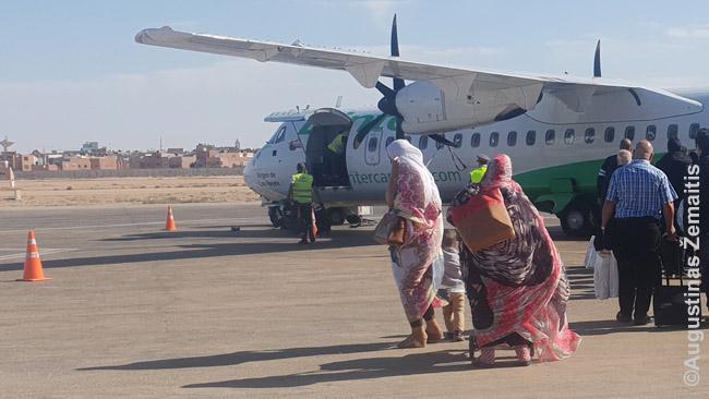 Sahravės eina į lėktuvą