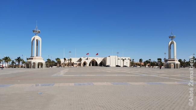 Centrinė Lajūno aikštė, nuolat stebima daugybės pareigūnų