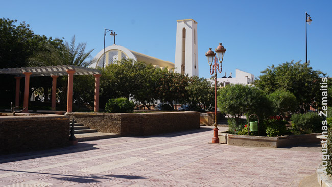 Centrinis ispanų parkas su bažnyčia Lajūne. Viskas statyta XX a. antroje pusėje