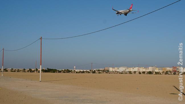 Pigių skrydžių bendrovės Air Arabia lėktuvas leidžiasi į Dachlą. Vakarų Sacharos oro uostai - beveik miestų centruose