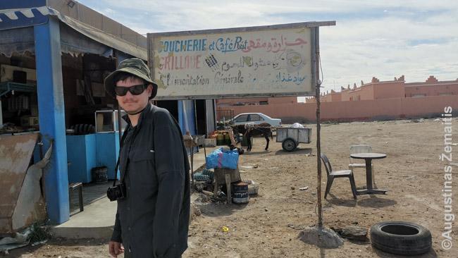 Aš prie pakelės kavinės Vakarų Sacharoje