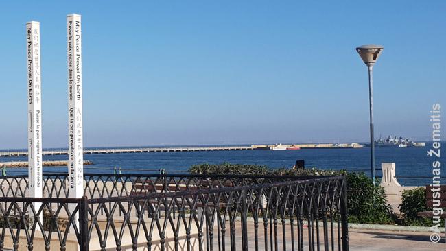 Kairėje - stulpeliai, šlovinantys taiką. Dešinėje tolumoje - Maroko karo laivas. Dachla.