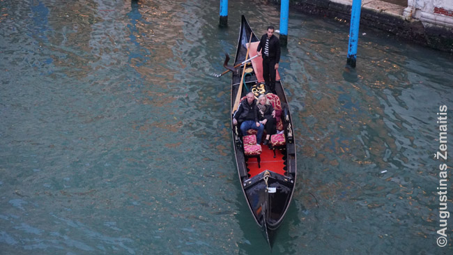 Gondola, kokiomis kadaise vykdavo visas Venecijos susisiekimas, o dabar jos skirtos tik turistams