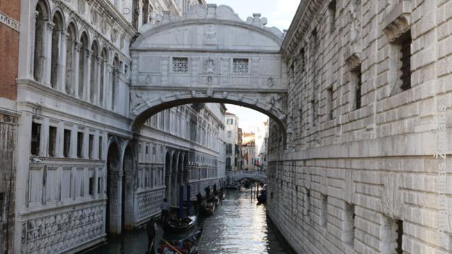 Turistinių gondolų konvejeris po garsiuoju Atodūsių tiltu kuriame, sako, paskutinį atodūsį išleisdavo į mirties bausmę vesti Venecijos kaliniai
