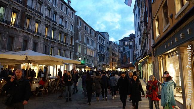 Turistai vienoje pagrindinių Venecijos gatvių tik pėstiesiems, jungiančioje stotį / parkingą su daugeliu miesto gatvelių
