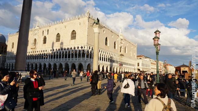 Turistų minios prie dožų rūmų (ne sezono metu - sezono metu būna gerokai daugiau)