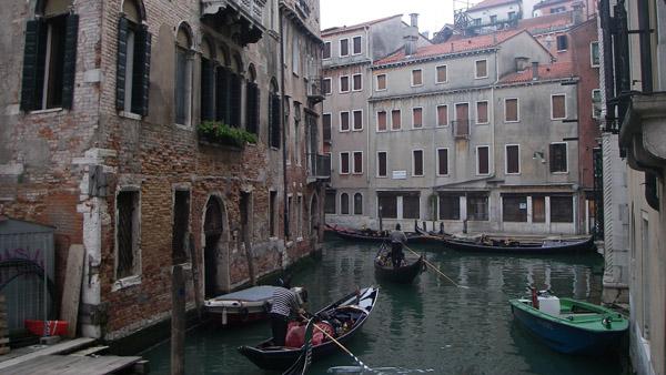 Vienas Venecijos centrą išvagojusių kanalėlių. Pėstieji juos gali kirsti tilteliais. Tačiau miestas neprojektuotas pėstiesiems - dažnai gatvė atsiremia į kanalą ir baigiasi. Norėdami rasti, kur tiltas, turite pažiūrėti planą ir specialiai eiti link jo