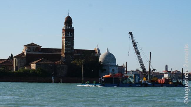 Žemsiurbė, gilininanti kanalus, plaukia pro vieną Venecijos bažnyčių (Kapinių saloje)