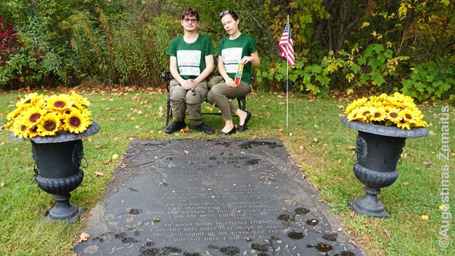 Prie Čarlzo Bronsono kapo, kur atvežėme ir simbolinę Lietuvos vėliavėlę